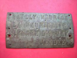 ANCIENNE PETITE PLAQUE EN CUIVRE ECRIT : BAILLY MAURICE LA MAURICETTE ST ANDRE D'ORNAY VENDEE - Cuivres