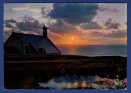 29 CLEDEN-CAP-SIZUN Coucher De Soleil Sur Chapelle St They à La Pointe Du Van, Dans Lointain Phare De La Vieille - Cléden-Cap-Sizun