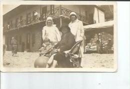NIÑA JUNTO A UNAS MUJERES EN LA PLAYA CIRCA 1920  FOTOGRAFIA  OHL - Groupes D'enfants & Familles