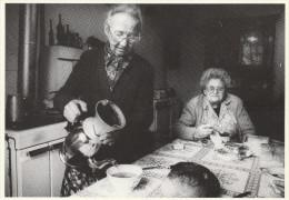 PRIZIAC -56- COET HUET - MARIE HARNAY SERVANT LE CAFE A L'OCCASION DE LA VISITE D'UNE AMIE - France