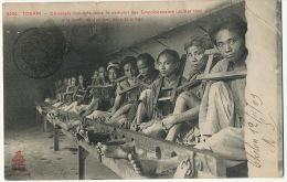 3034 Tonkin Criminels Complot Empoisonneurs Juillet 1908 Barre De Justice Prison Cangue Cholon Binhtay - Vietnam