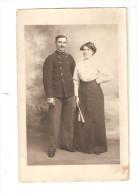 Carte Photo : Soldat En Uniforme Posant Avec Une Femme - Guerre 1914-18