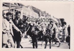 8 PHOTOS AVEC LA POCHETTE - MESNIL-VAL 76 SEINE MARITIME - FETE DU 15 AOUT 1952 - DEFILE - Lieux