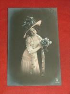 FANTAISIES - FEMMES  -  Jolie Jeune Femme Au Bouquet De Fleurs -  1911 - Carte Perlée - Vrouwen