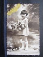 CP. 850. Bonne Année. Jeune Fille Portant Un Bouquet De Fleurs - Nouvel An