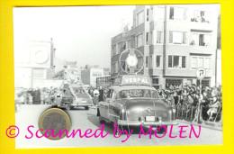 GROTE STOET MET RECLAME UURWERK VERDAL In OOSTENDE 100x146mm Anno 1953 FOTO PHOTO HORLOGE OPEL 1957 - Lugares