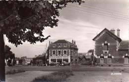 Cpsm Roye, Place De La République, Hôtel Du Quartier Général, Vieilles Voitures - Roye