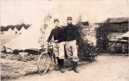 Photo Originale De Soldats  Avec Une Bicyclette (32.57) - Guerre, Militaire