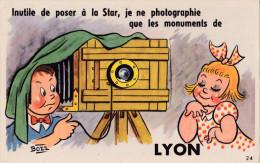 """LYON  -  Carte à Système  ( 10 Vues Sous L´appareil) - """"Inutile De Poser à La Star..."""" - Lyon"""