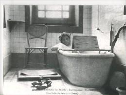 CP52042 - BOURBONNE LES BAINS - Etablissement Thermal - Une Salle De Bain (Reproduction) - Bourbonne Les Bains