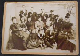 Photographie Ancienne  Tirage Albuminé Sur Carton Photo De FAMILLE Personnes Enfant Costume Marin Militaire Medaille - Photographs