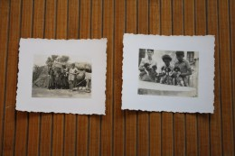 2 MINI Photos Photographies:Famille Présentant Leur Petit  Chien Chiots  Famille Devant 1 Hutte Dans 1 Tribu En Afrique - Photos