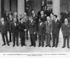 PHOTO De RENE  COTY ,  Président De La République ,entouré De Ses Ministres .  (Format 24cm X 20cm )  1957 - Old Paper
