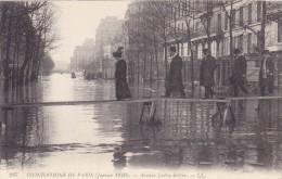 CPA 75 @ INONDATIONS DE PARIS Janvier 1910 - Avenue Ledru Rollin @ Bourgeois Sur Un échaffaudage - Alluvioni Del 1910
