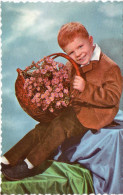 Cpsm 1953  Portugaise,  Bel Enfant Roux Qui Vous Offre Un Panier De Fleurs   (32.92) - Enfants