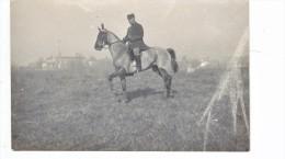 Carte Photo Militaire Cavalier A Cheval Devant  Un Village - Guerre 1914-18