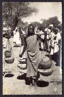CPA-PHOTO- AFRIQUE- TCHAD- ABECHE- FEMME AU MARCH�- TRES BELLE ANIMATION GROS PLAN-