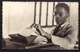 CPA-PHOTO- AFRIQUE- CAMEROUN- YAOUDÉ- AUTOCHTONE VOTANT- TRES GROS PLAN- 2 SCANS- - Cameroun