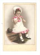 Carte 15/10cm  Cm   Dessin ( Ou Photo Colorisée ) Fillette Assise Avec Des Lunettes Rondes En Train De Coudre - Enfants