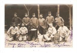 """Carte Photo : Soldats Posant Devant  """"gamelles""""  N° 95 Sur Casquettes Et Cols Des Soldats Debouts Et De Celui Accroupi - Guerre 1914-18"""