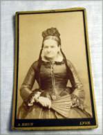 Carte Photo   Femme D'intérieur Avec Coiffe Ci1880 LYON A BRUN - Anonyme Personen