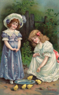 - Belle Carte Avec Deux Jolies Filles Et Poussins - Illustrateur Eva Hollyer  - 592 - Fantaisies