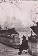 Cp , 75 , PARIS , L'ancêtre Des Bouquinistes , Quai De La Tournelle Et Cathédrale Notre-Dame - Notre Dame De Paris