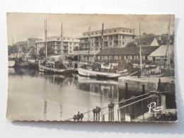 """CP 56   LORIENT  -  Le Bassin à Flot  -  Le Port  Bateau De Pêche """" Madelon """"  Voiture Et Tub Citroen1959 - Lorient"""