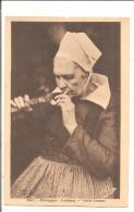 BRETAGNE  LEUHAN  Vieille Fumeuse De Pipe  No2467 - Personnages