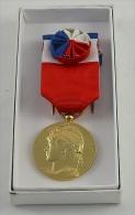 Médaille D´honneur Du Travail à Cocarde—Vermeil—30 Ans—1986 - Professionals/Firms
