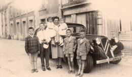 Petite Photo  , , Village A Situer, Personnages Devant La Traction Citroen - Automobiles