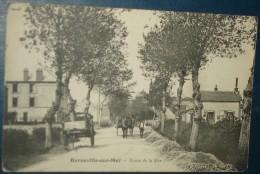 BARNEVILLE SUR MER.Route De La Mer.Cpa,voyagé,be,infime Plis Angles,animée,charettes - Barneville