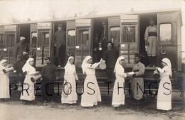 CARTE PHOTO MILITAIRE GUERRE 14 18  TRAIN WAGON SANITAIRE ? INFIRMIERES DONNANT A BOIRE A SOLDATS + TIRAILLEURS. 118 EME - Guerre 1914-18