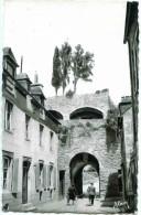 DINAN. Porte Saint Malo De Nos Jours. Coté Intérieur Vue  Rue De L'Ecole - Dinan