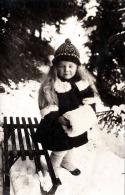 Hübsches Mädchen Mit Rodel In Winterbekleidung, Private Fotokarte 1926 - Kinder