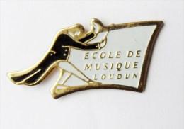 Pin's  école Lycée Collège  -  école De Musique Loudun - 35R - Autres