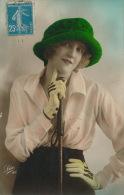 FEMMES - FRAU - LADY - Jolie Carte Fantaisie Portrait Femme élégante Avec Chapeau Et Cravache - Women