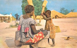 Afrique >  CAMEROUN Un Mère Et Son Enfant Préparent Le Repas  (B) *PRIX FIXE - Cameroun
