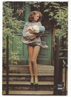 """COLLANT DIM """" Pin Up En Collant Tenant Un Enfant Dans Ses Bras , 1968 1988 Collection Dim Publicis Amorimage - Moda"""