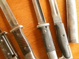 Lot De 4 Baionnettes Et 1 Fourreau à Restaurer - Armes Blanches