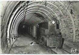 La Mine En Activité Grand Roulage Locomotive Diesel Attelée A Un Rame Deberlines De 3000 Litres - Mines