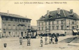 LA  TOUR-DU-PIN (Isère) -- PLACE  DE  L'HOTEL-DE-VILLE - La Tour-du-Pin