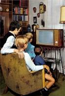 Famille En 1968,parents Et Enfants Regardant La TV - Couple And Children Looking At The TV En 1968 - Groupes D'enfants & Familles