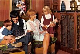Famille En 1968 - Couple Et Enfants Sur Leur Canapé, Poupée, Lecture - Family In 1968 -Couple And Children On Their Sofa - Groupes D'enfants & Familles