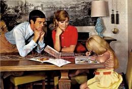 Famille En 1968 - Couple Et Fillette, Coloriage, Crayons . Family In 1968 - Couple And Little Girl, Colouring, Pencils - Groupes D'enfants & Familles