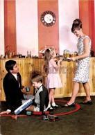 Famille En 1968 - Parents Enfants, Sodas, Gouté, Train Electrique -  Family In 1968 - Couple, Children, Sodas, Enjoyed, - Groupes D'enfants & Familles