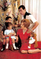 Famille En 1968, Parents Jouant Avec Leurs Enfants, Poupée, Velo -Family With 1968, Couple Playing With Their Children, - Groupes D'enfants & Familles