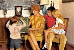 Famille En 1968 - Couple Jouant Avec Leurs Enfants, Tableau à Boulier Family With 1968 - Couple Playing With Their Child - Groupes D'enfants & Familles