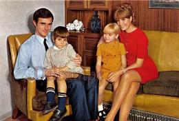Famille En 1968 - Couple Avec Leurs Enfants , Family In 1968 -Couple With Their Children In The Lounge - Groupes D'enfants & Familles