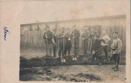 Corvée De Soldats  Français Prisonniers Au Camp D´Ohrdruf  En Allemagne En 1914.1918, Avec Un Gardien Armé - Personnages